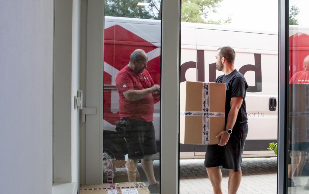 Produkty odešlete knám poštou (90 % zakázek se řeší prostřednictvím pošty) nebo nám je dovezete.